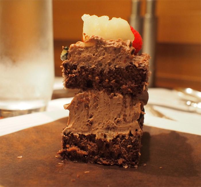断面:ペニンシュラブティック東京チョコレートケーキ