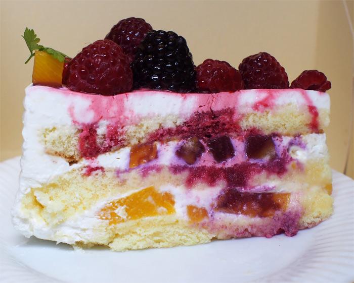 北浜レトロ 山盛りベリーのケーキ:断面